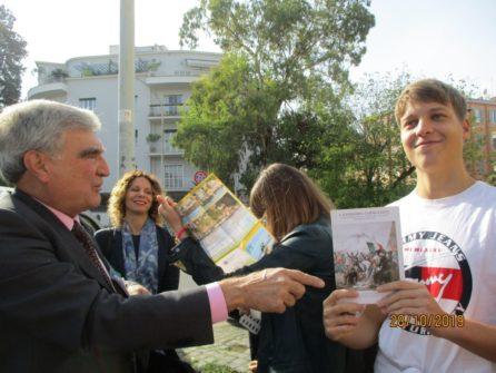 Alle mura Enrico Luciani premia l'attentissimo alunno Davide Russo per le sue risposte pronte e precise