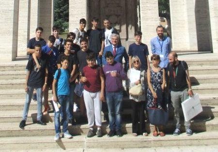 Foto di gruppo al Mausoleo per la classe 1 AL con le proff.sse Sabina Pistone, Graziella Farenza , insieme ad Enrico Luciani e Roberto Calabria