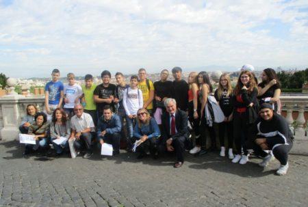 Al panorama di Roma foto ricordo di tutta la classe 1 AL , studenti, proff.sse e accompagnatori