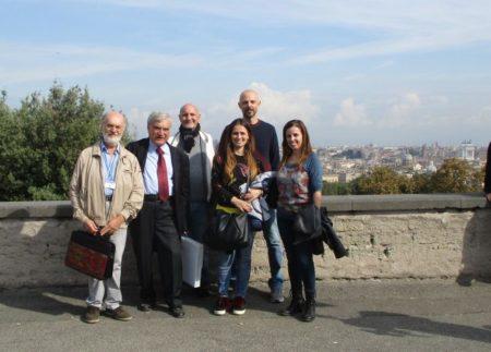 Saluti a Piazzale Garibaldi: da sinistra, Mario Savelli, Enrico Luciani, Alessandro Granata, Gina Magliulo, Dario Ciotoli, la prof. Daniela Liberatori