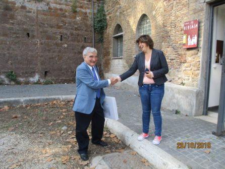 Enrico Luciani e l'addetta al servizio dei bagni pubblici . GRAZIE