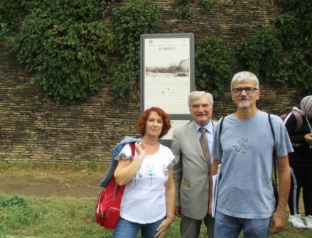 Foto ricordo alle brecce: la prof.ssa Maria Grazia Orfei, Enrico Luciani, il prof. Claudio Marchesano