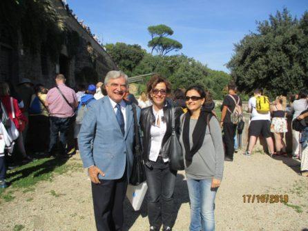 Al cannone, da sinistra: Enrico Luciani, la prof. Luciana Palomba, la prof. Alessandra Di Cerbo