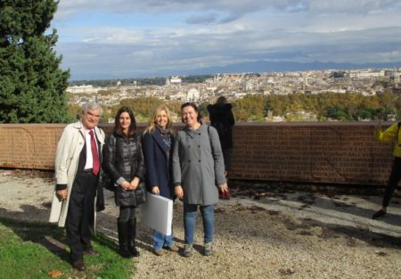 Al Belvedere Enrico Luciani con le proff. Rosaria Aversa, Monica Gentili, Maria Chiara Dore