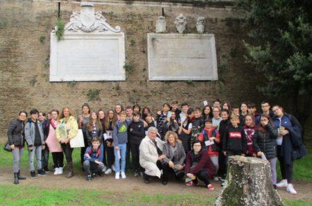 Foto ricordo per le terze B ed E con Noemi Grimaldi, Enrico Luciani, e le prof.sse Ileana Mignella, Maria Luisa Cimildoro, Patrizia De Angelis