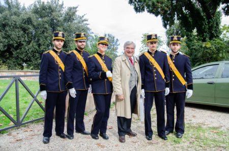 Foto al cannone con i militari artiglieri (che bella l'uniforme) – Enrico Luciani chiede di fare una foto con i suoi commilitoni ARTIGLIERI, dopo che Alessandra dice che sono di stanza a Bracciano...