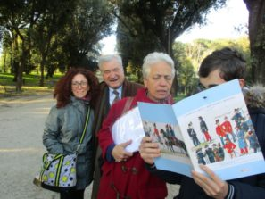 La prof.ssa Stefania Panichelli segue la lettura di un suo alunno, alle spalle Enrico Luciani e la prof.ssa Maria Amato