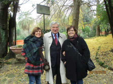 Enrico Luciani tra le professoresse Valentina Giacalone e Anna Rita Nucci a Villa Sciarra: alle spalle il manto giallo per le caduta foglie del Ginkgo biloba