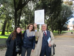Savina Morrone e Francesca Ciafardoni con Enrico Luciani che mostra al gruppo l'immagine di Goffredo Mameli, qui ferito il 3 giugno con conseguenze mortali