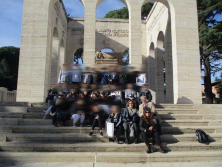 Foto di gruppo per la terza A al Mausoleo CADUTI PER ROMA 1849-1870