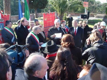 La cerimonia del 21.1 2004: il prof. Monsagrati legge il telegramma del Presidente Ciampi