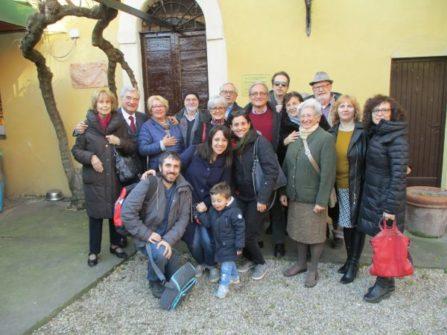 Foto di gruppo/ricordo davanti a Casale Giacometti