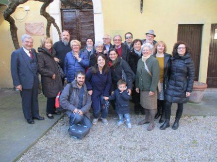 Foto di gruppo/ricordo davanti a Casale Giacometti, cui si unisce Antonello Soccorsi