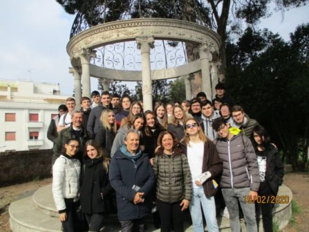 """Gruppo alla """"Gloriette"""" del VI bastione per le classi V C e V E con i professori Roberta Palomba, Paolo Asta, e l'insegnante Ortensia Lupinacci"""
