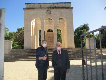 Il conduttore Fabrizio Rocca con Enrico Luciani pronti per la visita al Mausoleo Ossario dei Caduti per Roma (1849-1870)