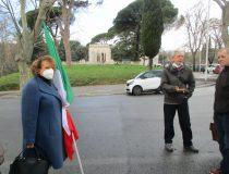 Daniela Donghia con Minello Giorgetti verificano la lapide del primo cimitero… oggi oscurata dai camper