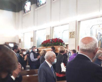 La salma di Guglielmo Epifani, coperta da rose rosse, lascia la chiesa