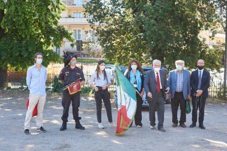 Andrea Grimaldi con il bersagliere Emanuele Feliciani, Martina, Noemi, Enrico, e i prof Barbalace e Pinto