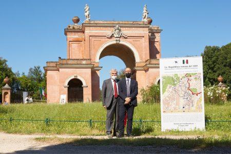 Enrico Luciani e Carmine Pinto: alle spalle l'Arco dei Quattro Venti ricostruito sui ruderi di Villa Corsini