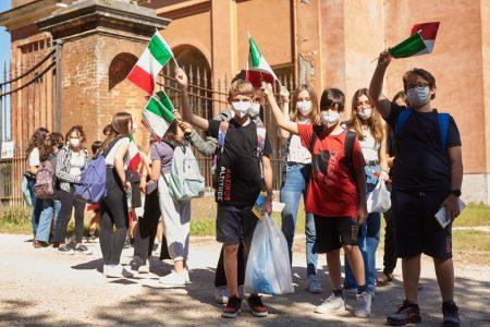 arrivano i giovani con bandiere e canti…evviva!