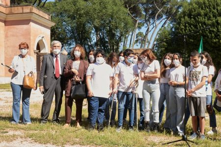 la classe II H dell'I.C. Via Fabiola in foto ricordo anche con Enrico Luciani e la Preside Fanny Greco