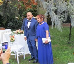 la mamma di Roberto lo porta alla cerimonia